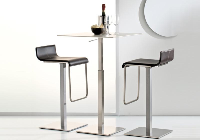 Kovový barový stôl