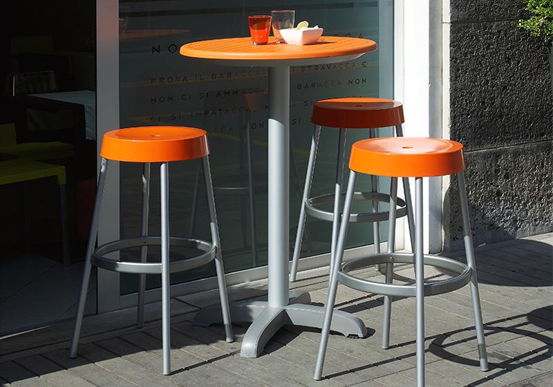 Plastový barový stôl