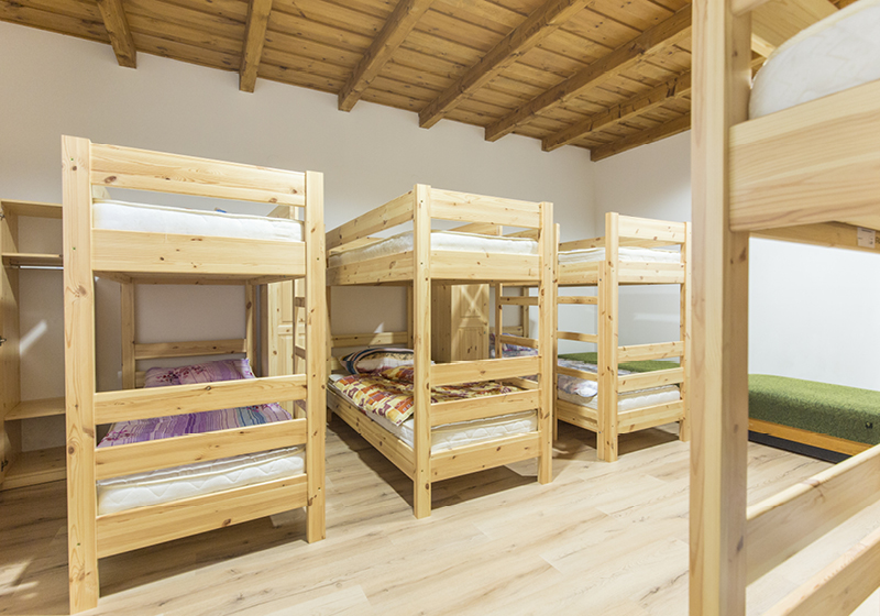 Postele z borovicového dreva